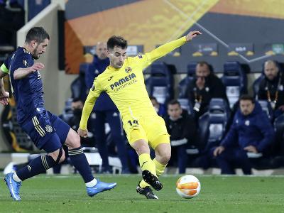 Manu Trigueros prihráva loptu popri hráčovi Dinama Záhreb