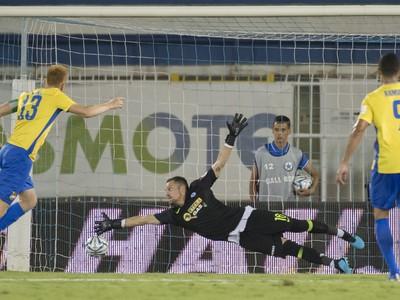 Zsolt Kalmár strieľa z penalty vyrovnávajúci gól
