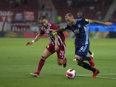 Hráč Slovana Joeri de Kamps (vpravo) bojuje o loptu s Mathieuom Valbuenom z Olympiacosu