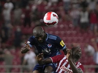 Hráč Slovana Rabiu Ibrahim (vľavo) v súboji s Mohamedom Camarom z Olympiacosu