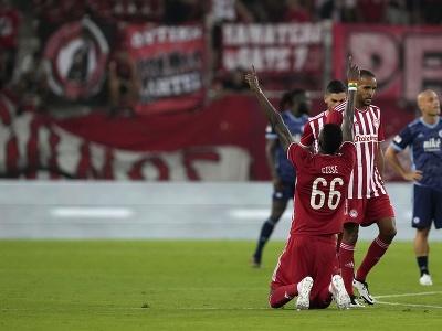 Hráč Olympiacosu Pape Abou Cisse oslavuje po tom, ako strelil druhý gól v zápase
