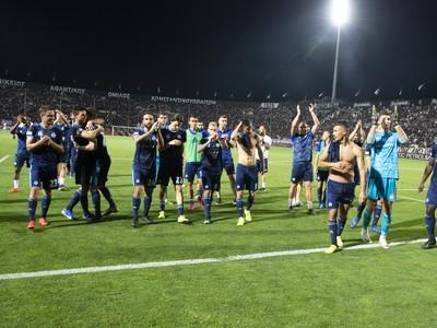 Na snímke futbalisti Slovana ďakujú fanúšikom po odvetnom stretnutí play off futbalovej Európskej ligy UEFA, PAOK FC Solún - ŠK Slovan Bratislava
