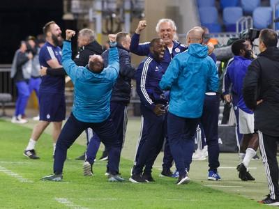 Obrovská radosť na lavičke ŠK Slovan Bratislava v závere zápasu