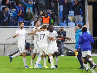 Radosť hráčov ŠK Slovan Bratislava v závere zápasu