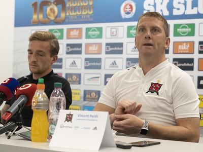 Tréner írskeho tímu Dundalk Vincent Perth a vľavo hráč John Mountney