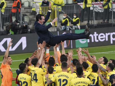 Futbalisti Villarrealu oslavujú s trénerom Emerym