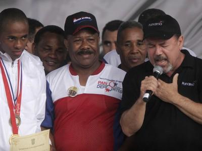 Eusebio Pedroza (v strede)