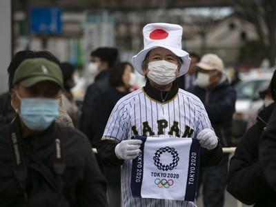 Japonský fanúšik s rúškom