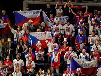 Českí fanúšikovia s vlajkami