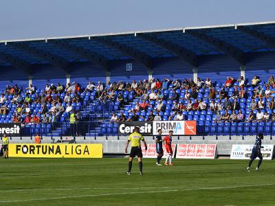 Diváci v hľadisku v 1. kole futbalovej Fortuna ligy MFK Tatran Liptovský Mikuláš – ŠK Slovan Bratislava v Poprade