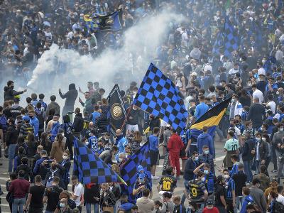 Fanúšikovia Interu Miláno oslavujú titul v talianskej Serii A