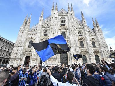 Fanúšikovia Interu oslavujú titul v uliciach Milána