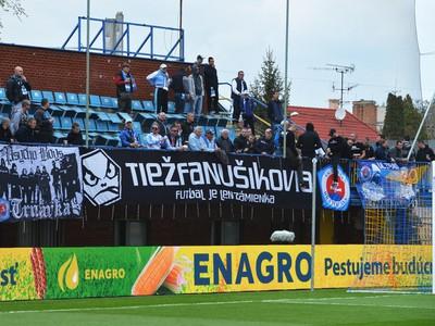 Na snímke fanúšikovia Slovanu povzbudzujú pred šlágrom 26. kola