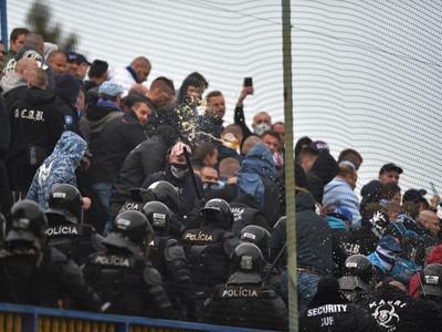 Na snímke tažkoodenci vytláčajú nedisciplinovaných fanúšikov Slovana