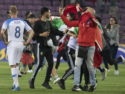 Marockí fanúšikovia po záverečnom hvizde vbehli na trávnik