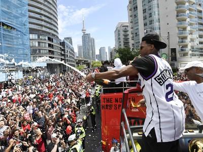 Basketbalistov Toronta Raptors vítalo v uliciach vyše miliónov fanúšikov