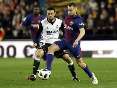 Jordi Alba a Francis Coquelin v súboji o loptu