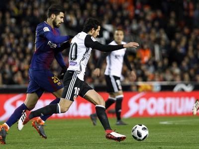 Andrés Gomes a Daniel Parejo v súboji o loptu