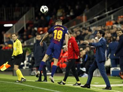 Hlavičkujúci Jordi Alba a tréner Valencie Marcelino Garcia Toral