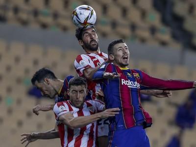 Raul García a Clement Lenglet vo vzdušnom súboji