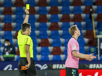 Rozhodca ukazuje žltú kartu Frenkiemu de Jongovi