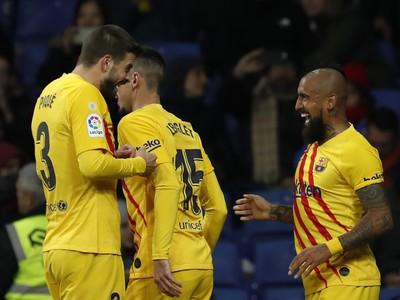 Gerard Piqué a Arturo Vidal oslavujú gól Barcelony