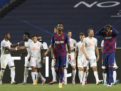 Na snímke futbalista FC Barcelony Gerard Piqué (vpravo) reaguje po góle Philippeho Countinha
