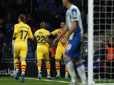 Arturo Vidal a Luis Suárez oslavujú gól Barcelony