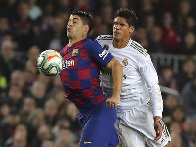 Luis Suárez a Raphael Varane v súboji