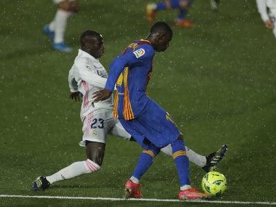 Osmane Dembélé sa snaží odcentrovať cez Ferlanda Mendyho