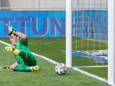 Na snímke brankár Martin Jedlička (DAC) dostáva gól z penalty, ktorú kopal David Holman