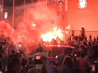 Fanúšikovia Liverpoolu oslavujú zisk titulu