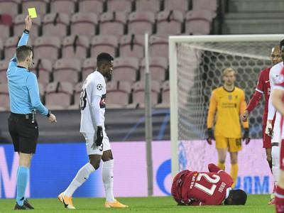 Frank Onyeka inkasuje žltú kartu za faul na Origiho