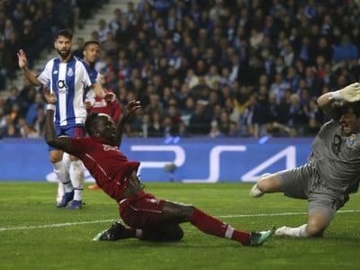 Sadio Mane z Liverpoolu strieľa úvodný gól brankárovi Porta Ikerovi Casillasovi