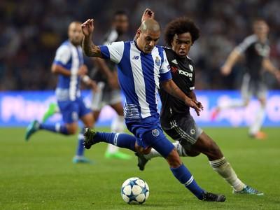 Maxi Pereira a Willian v súboji o loptu