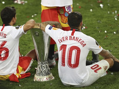 Jesus Navas a Ever Banega s trofejou pre víťaza Európskej ligy