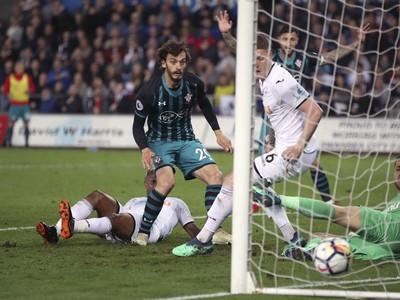 Manolo Gabbiadini strieľa gól