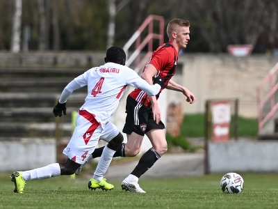 Na snímke vpravo hráč Trnavy Ján Vlasko a hráč Trenčína Abdul Zubairu v zápase osemfinále Slovnaft Cupu