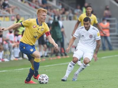 Na snímke vpravo hráč Spartaka Saymon Cabral a kapitán DAC Zsolt Kalmár