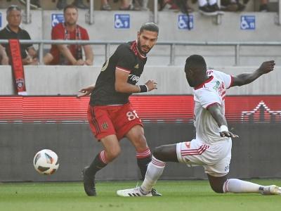 Hráč Trnavy Kyriakos Savvidis a hráč Sepsi OSK Boubacar Fofana bojujú o loptu