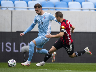 Zľava Aleksandar Čavrič (Slovan) a Martin Mikovič (Spartak)