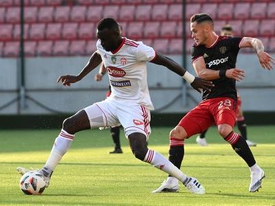 Vpravo hráč Trnavy Martin Bukata a hráč Sepsi Boubacar Fofana bojujú o loptu