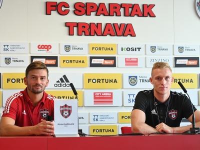 Tréner Trnavy Michal Gašparík a hráč Roman Procházka počas tlačovej konferencie FC Spartak Trnava
