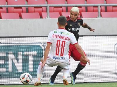 Vpravo hráč Trnavy Saymon Cabral a hráč Sepsi Marius Stefanescu bojujú o loptu