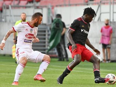 Vpravo hráč Trnavy Bamidele Yusuf a hráč Sepsi Radoslav Dimitrov bojujú o loptu