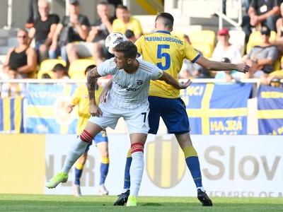 Zľava hráč Trnavy Milan Ristovski a hráč DAC-u Ahmet Muhamedbegovič