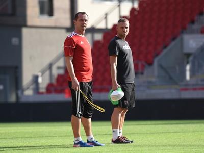 Tréner Trnavy Radoslav Látal a asistent trénera Michal Ščasný počas tréningu
