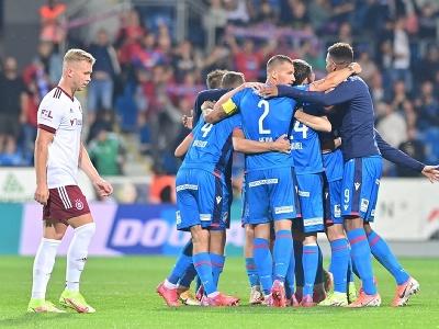 Hráči Plzne oslavujú gól