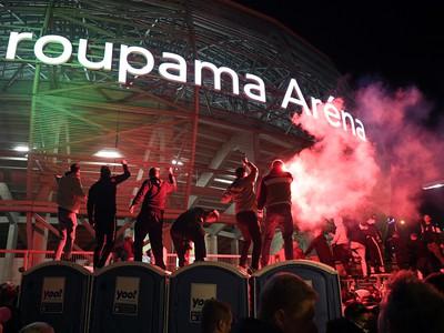 Fanúšikovia Ferencvárosu pred štadiónom