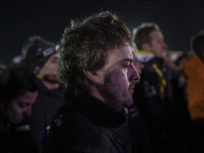 Fernando Alonso počas minúty ticha na počesť zosnulého Goncalvesa